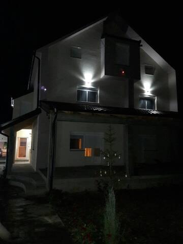 Luksuzna kuća na periferiji Beograda-Čenta