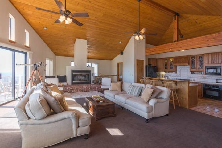 """""""A Living Canvas"""" Room in Stunning Home w/ Views"""