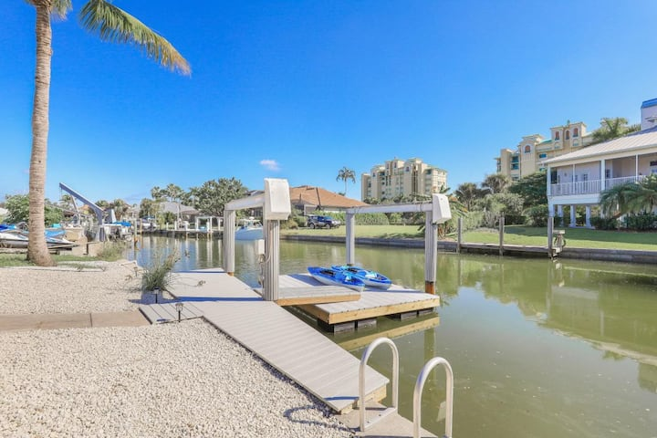 Waterfront home located in Old Marco w/ heated pool & kayaks