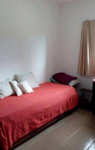 Linda habitación, muy luminosa en Río Ceballos - Colón - Huis