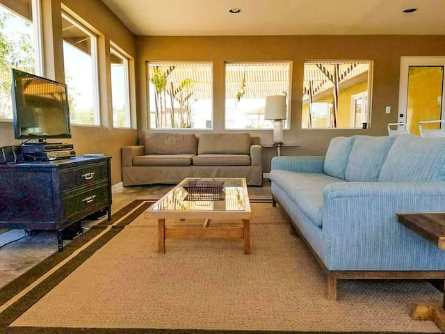 Sun room with plenty of space to relax and enjoy company.