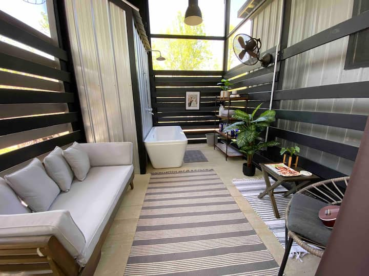 """""""mac"""": a romantic tiny house+outdoor tub+fire pit"""