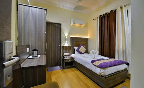Single Room @ The Samrat