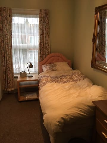 Single room in bohemian area
