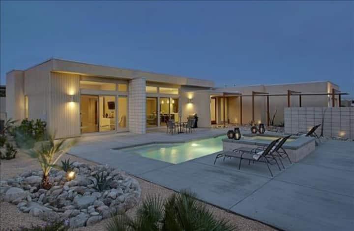 Modern Living - Mountain Views, Pool, Hot Tub, Near Downtown