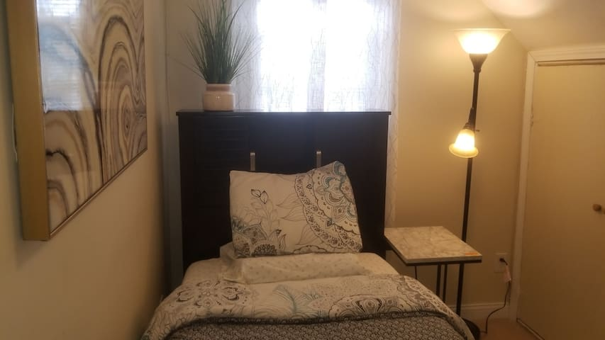 "Cozy Twin  Bed/Shared Bath/Parking ""GREAT VALUE!"""