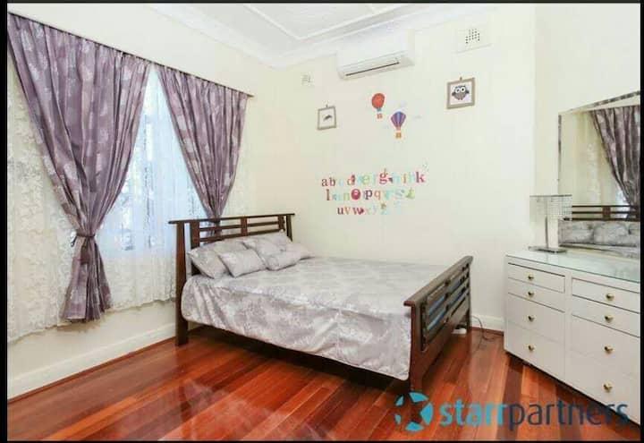 Double bed room Near Auburn Station