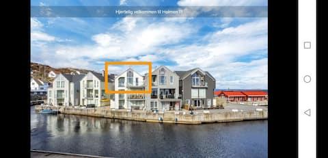 Przytulne mieszkanie w morskiej okolicy na południe w Norwegii.  Tylko dwie mile od Lindesnego. Wspaniała wycieczka i możliwości połowowe. 10 min do Båly i poniżej. Wspaniałe widoki w cichej okolicy. Jasny apartament.