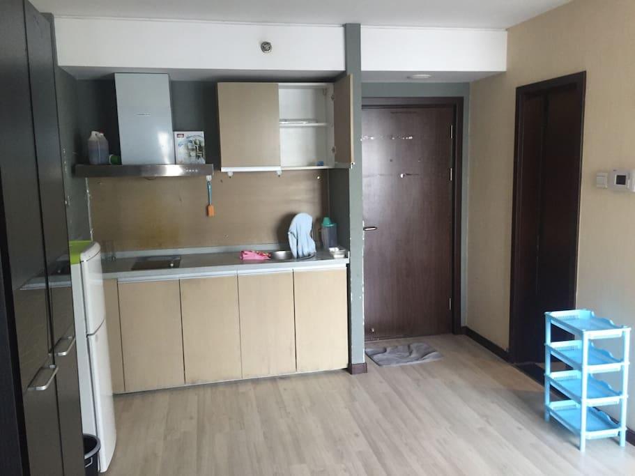 开放式厨房、冰箱