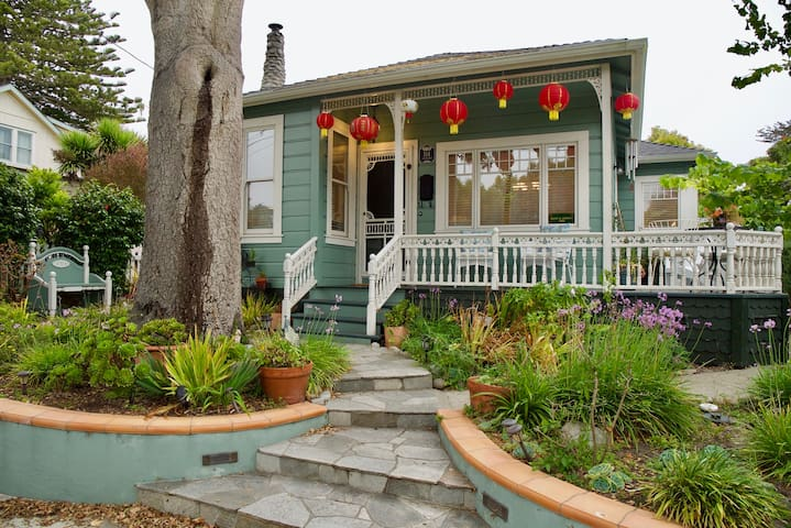 Charming cottage & location! Walk to beach & town!
