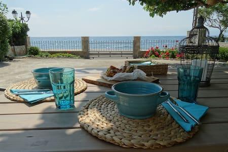 Sea View Home Σπίτι με αυλή μπροστά στη θάλλασσα