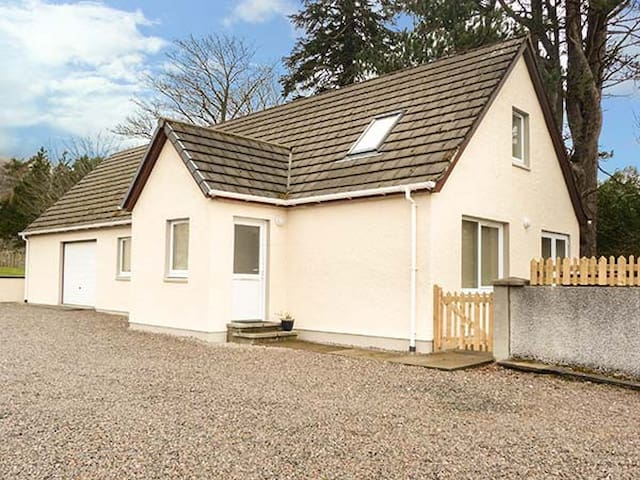 THE COTTAGE @ CORRINESS HOUSE, with a garden in Poolewe, Ref 931649