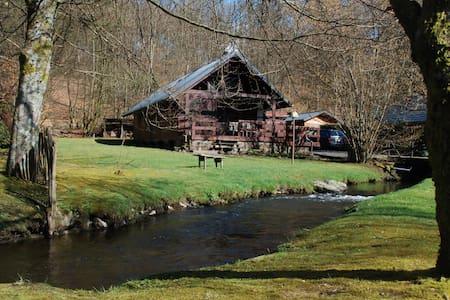 Chalet aan bosrand en riviertje - Bièvre (Graide)