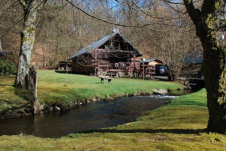 Chalet aan bosrand en riviertje