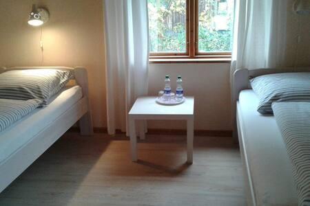 Gemütliches Zimmer im Grünen im Zentrum Kiels - Kiel - Bed & Breakfast