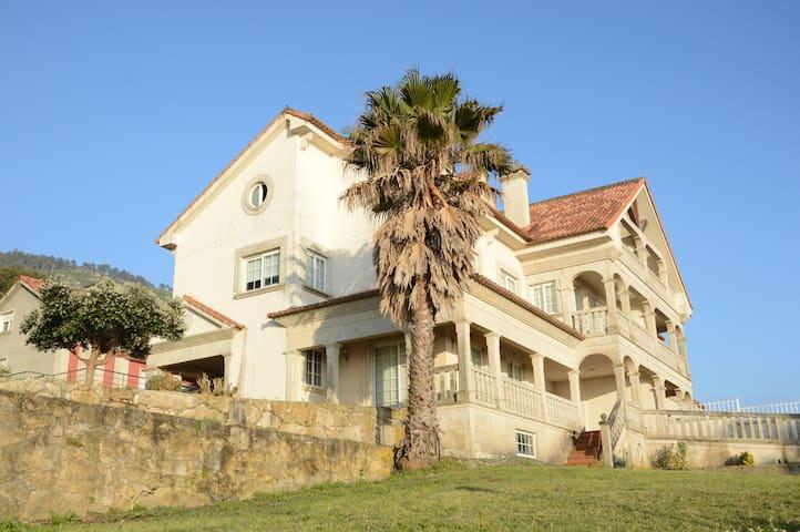 Casa con piscina privada y vistas al mar