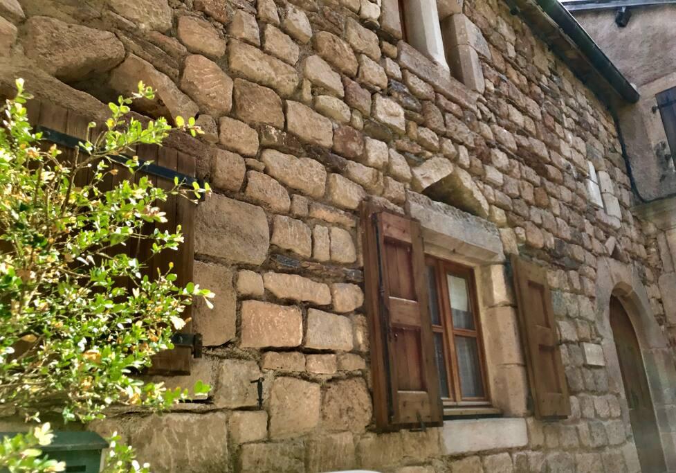 La façade en pierre de la Petite Maison