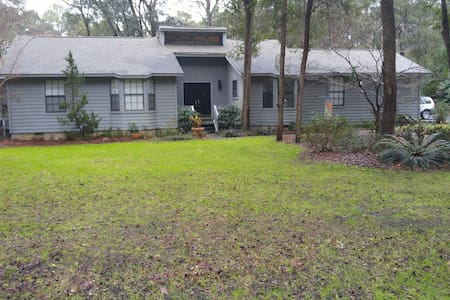 Sunny home with privacy, large lot. - Beaufort - House