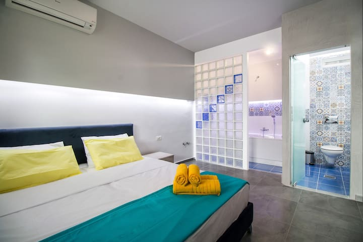 Deluxe Apartment just 80 Metres from Beach