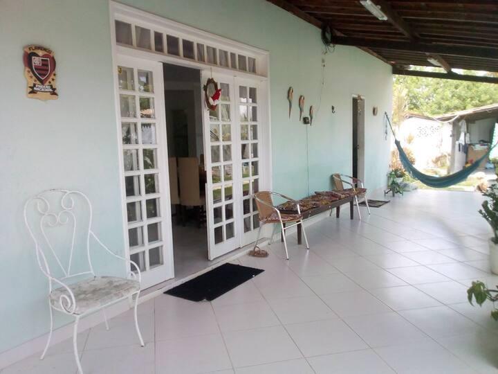 Quarto em casa de praia com piscina
