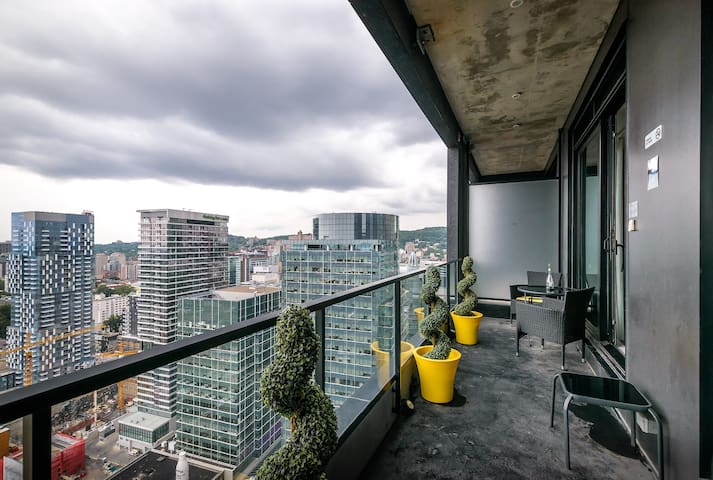 Monthly stay-Outstanding Condo ON TOP of Dwtn MTL