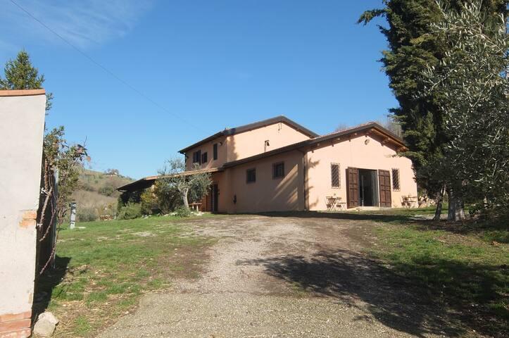 Casale CentOlivi, tra Sabina e Umbria, vicino Roma
