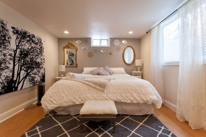 Silver Charm ★ Close-in with Excellent King Bed