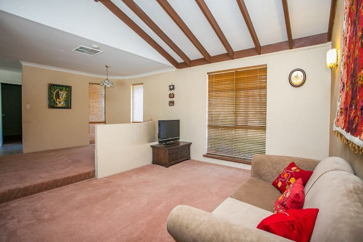 Lovely room in a great house! - Ballajura