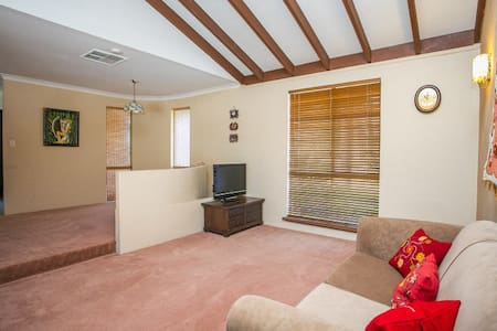 Lovely room in a great house! - Ballajura - Дом