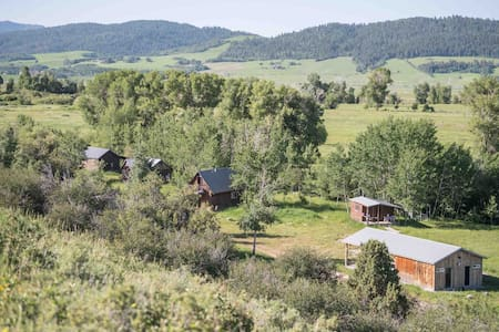 Secluded creekside Preston Ranch Cabins, sleep 20+