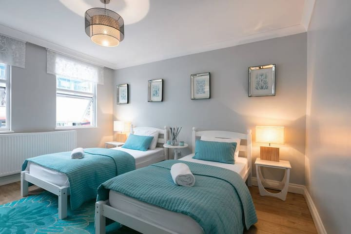 "Shoreditch Twin Room ""Turquoise"" 2min to Train"