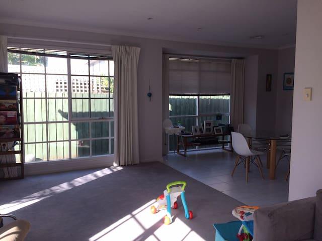 Sunny, family-friendly villa unit - Caulfield - House