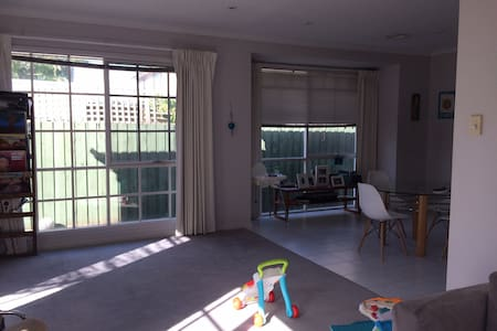 Sunny, family-friendly villa unit - Caulfield
