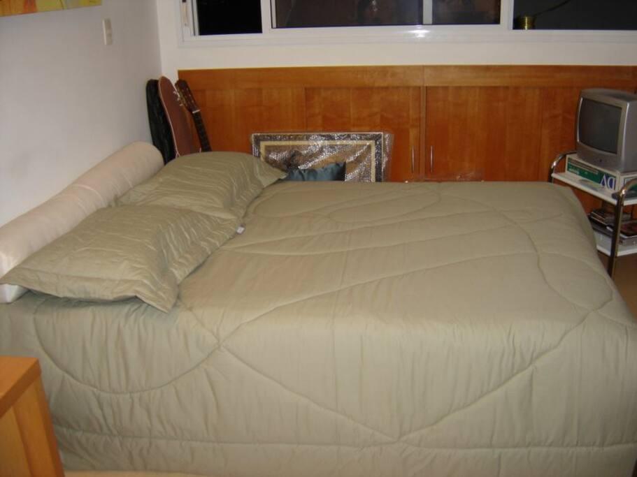 Minha cama.   Eu tenho um colchão extra para receber amigos!