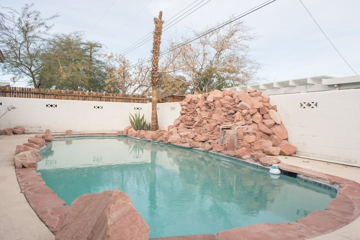 Close to the strip+amazing pool!