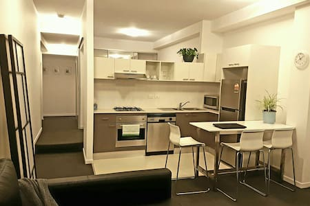 Large 1 bedroom apartment close to Central station - Chippendale - Huoneisto