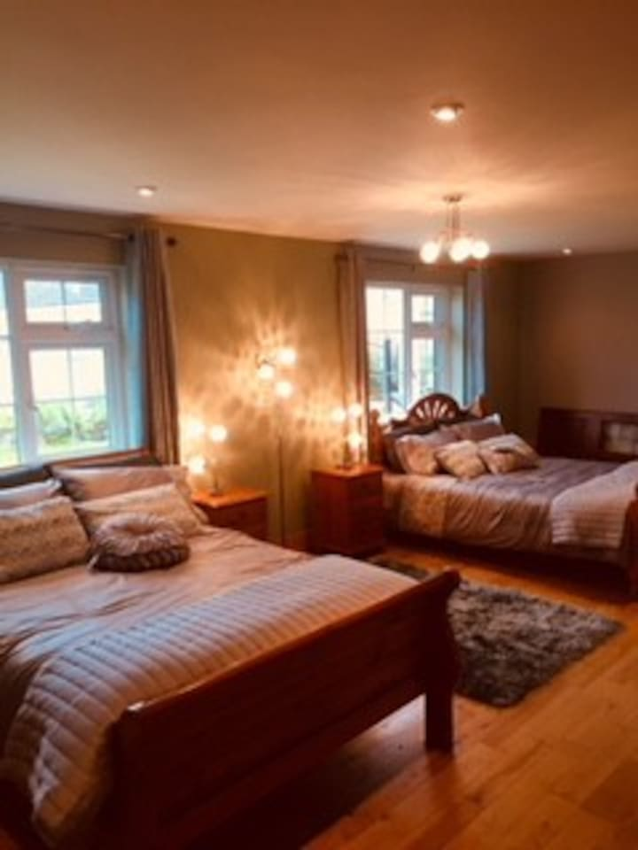 Twin spacious room, 1 king & 1 Double bed with private entrance