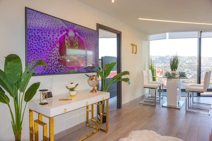 Adamant Luxury Gold Suite - Pool/Gym/Balcony