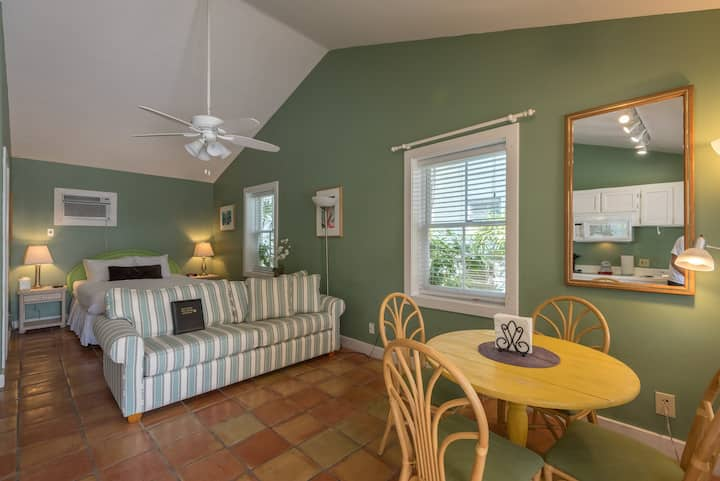 Dog-friendly suite w/ shared hot tubs, patio space, grill, and kitchenette