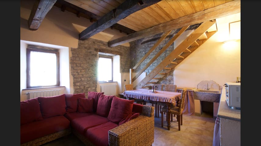 Appartamento rosso in casa colonica in pietra