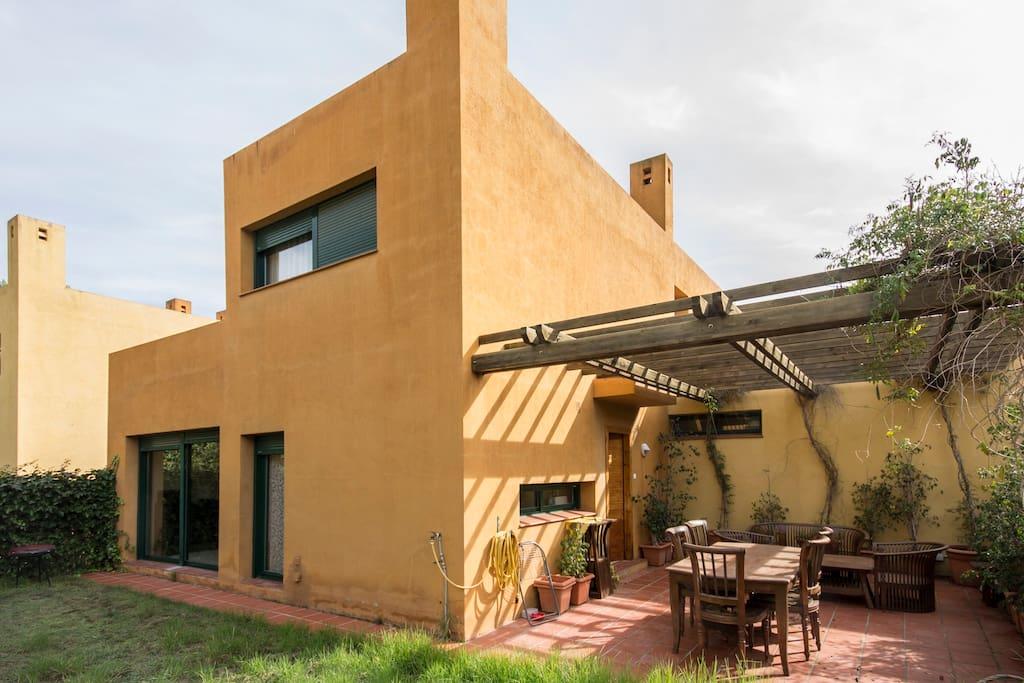 vista general de la casa, porche y jardin