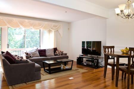 Clean private basement,walk to Train/DC, Full bed - 银泉 - 连栋住宅