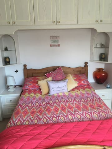 Nice double room situated in a quiet family home - Swanage - Bungalow