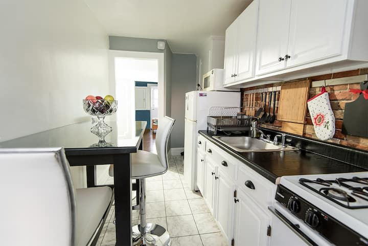 Modern 2-bedroom apartment near subway and parks