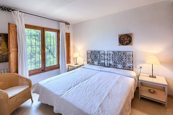 Alquiler casa en Sa Riera Begur Costa Brava, con tres dormitorios y dos baños. A 1 Km. de la playa con vistas al mar. Jardín, terrazas, barbacoa. Wifi gratuito. Agenciavi Immobiliaria Begur.