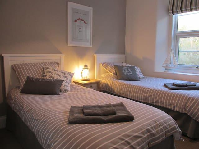 Twin room in luxury Victorian Torquay home