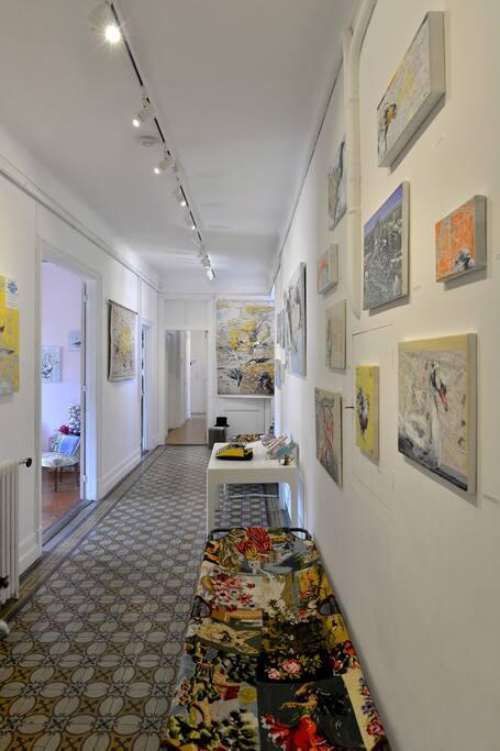 le grand couloir-galerie d'art (ici une exposition d'Alexandra Allard)