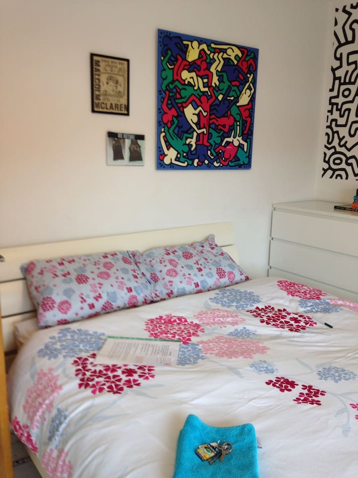 Comfy large double room with king size bed tea and coffee making facilities wifi large flat screen TV to watch with freebies 2 minutes from Greenford central line station