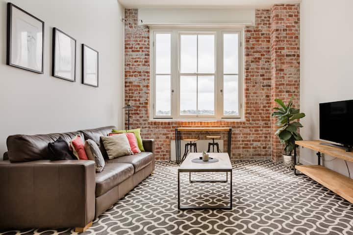 Renovated Woolstore Loft with a Lap Pool near Microbreweries