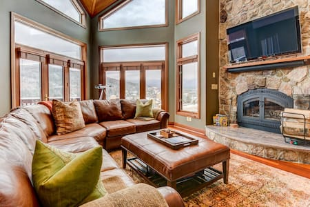 CR20: Luxurious townhome with stunning views, AC, stone fireplace, beautiful kitchen for your family getaway in the heart of the White Mountains! PROFESSIONALLY MANAGED!
